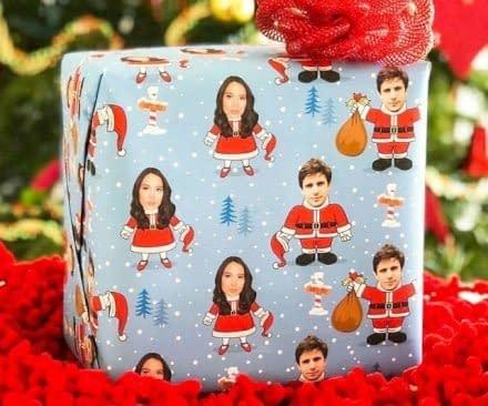 Metti i tuoi regali di Natale sotto l'albero avvolgendli con questa stupenda carta regalo personalizzata con la tua foto!