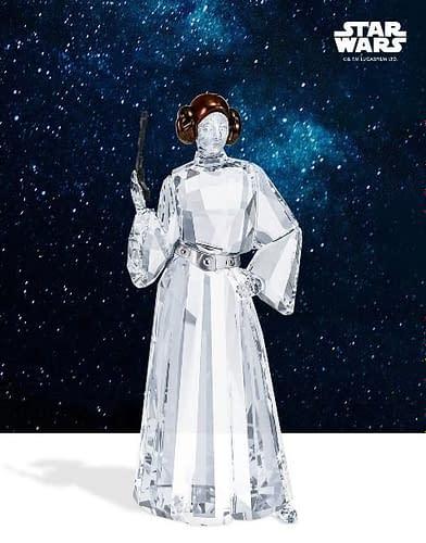 Star Wars è ormai a pieno titolo una saga di storie patrimonio della cultura Pop. I suoi personaggi sono rappresentati in molte collezioni, anche preziose, quali ad esempio la serie Swarovski dedicata alla saga. La Princess Leia di Swarovski celebra la famosa Skywalker con un oggetto da collezione ed arredo elegante ed unico.