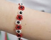 Regalo fai da te: un braccialetto di margherite con le perline