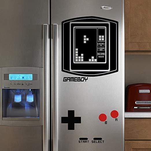 Trasforma il tuo anonimo frigo in un gigantesco videogioco Gameboy vintage con questo adesivo geniale e divertente.