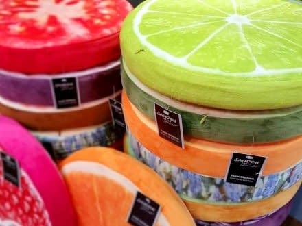 Arrive l'estate e la voglia d'aperto! Arreda il tuo giardino o i tuoi interni con divertenti cuscini a forma di Limone, Pomodoro e tanti altri!