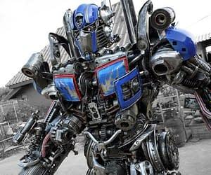 Vuoi possedere un Transformers? Detto Fatto! Per meno di 9000 euro puoi piazzarti in giardino quest'opera d'arte alta 2 metri!